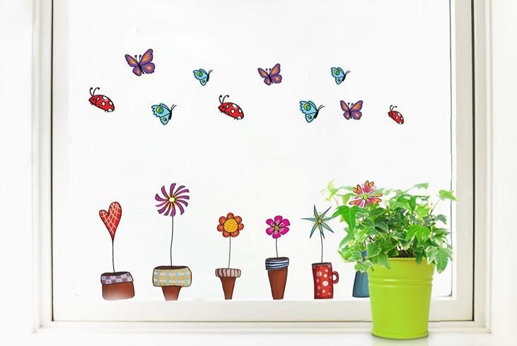 Segarnya menatap pot berisi tanaman di pinggir jendela