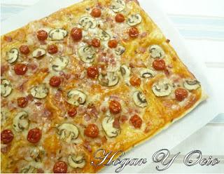 http://hogaryocio.blogspot.com.es/2015/08/pizza-de-hojaldre-con-champinones-bacon.html