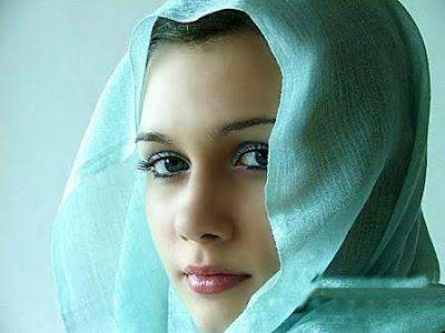 Gadis Awek Cewek Wanita Perempuan Ayu Cantik Jelita Cun Berkawan Bersama Berdua Bermesra Bercumbu Asmara