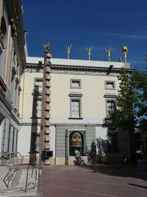 Во дворе музея-театра Сальвадора Дали в Фигерасе