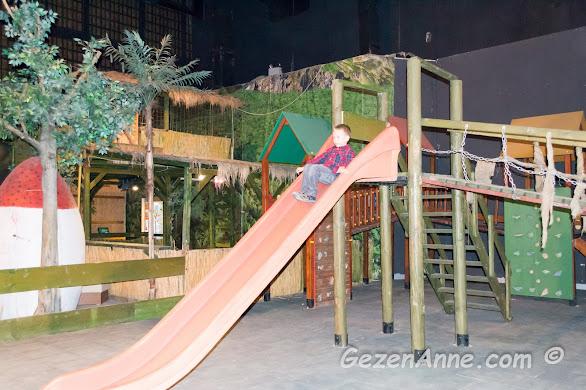 oğlum çocuk parkında kayarken, Jurassic Land