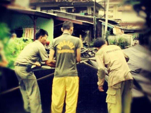 Indahnya kebersamaan PKS - TNI dalam pendirian posko banjir (17/1)