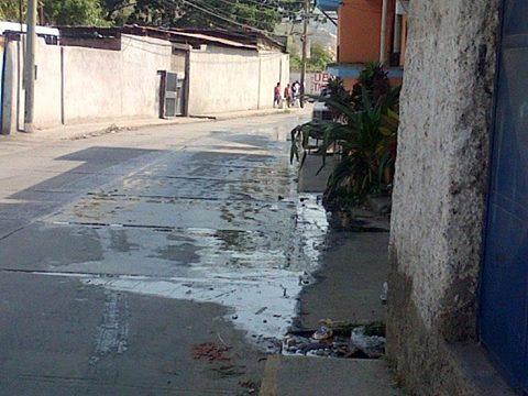 Aguas Negras corren libre a la Entrada del Tamarindo en Guarenas