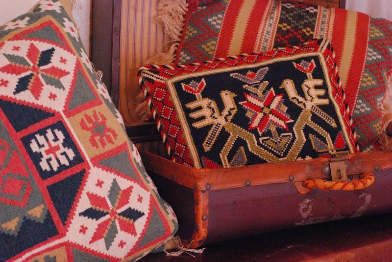 北欧のツヴィスト刺繍クッション