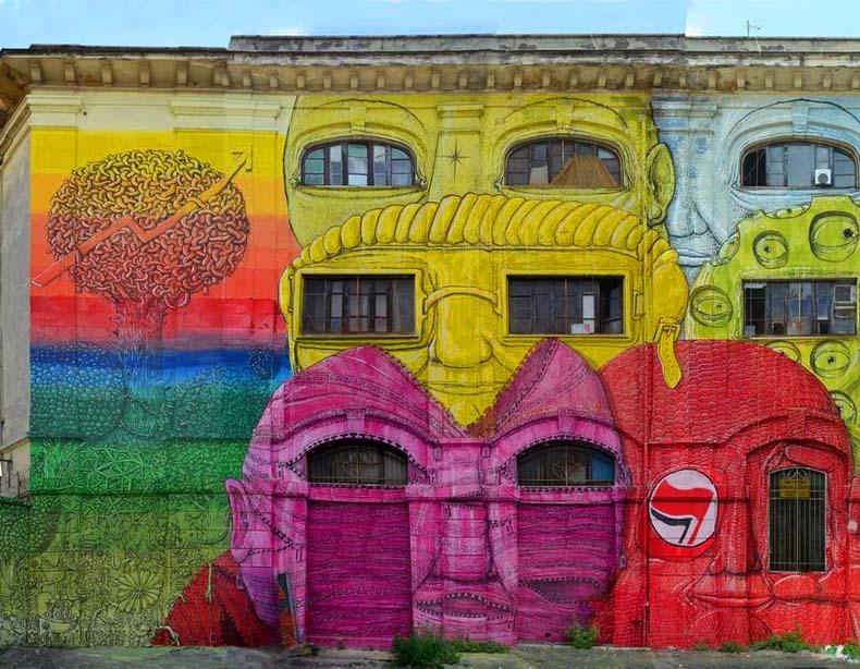 Nuevo mural masivo de Blu en Roma convierte 48 de ventanas en coloridas caras