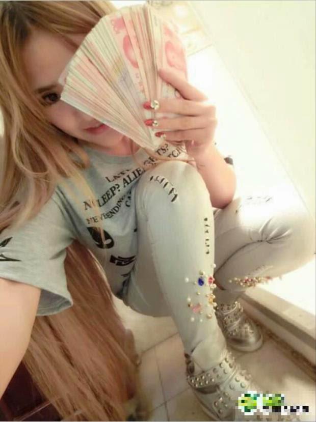 [Sock] Tiểu thư 'nghiện' sex toy, đam mê khoe tiền