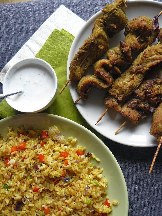 Szaszłyki w sosie satay z ryżem curry