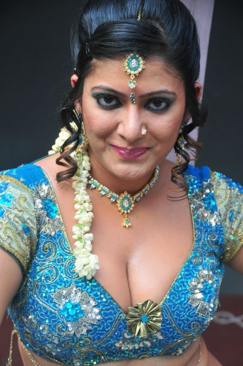 south actress taslima sheik latest hot cleavage and navel