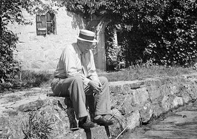 http://2.bp.blogspot.com/-qx-mBTODWEE/TcGYKXvBncI/AAAAAAAAAtQ/CvQRHSnSHKU/s1600/Swiss+psychiatrist+Dr.+Carl+Jung+pensively+sitting+on+stone+wall+outside+his+home+in+Knusnacht%252C+Switzerland%252C+1949.jpg