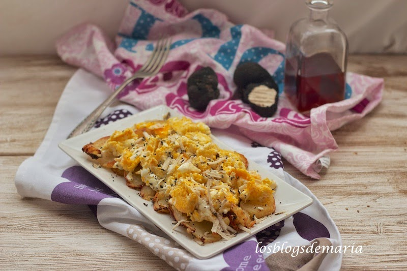 Patatas con huevos rotos y trufa de verano