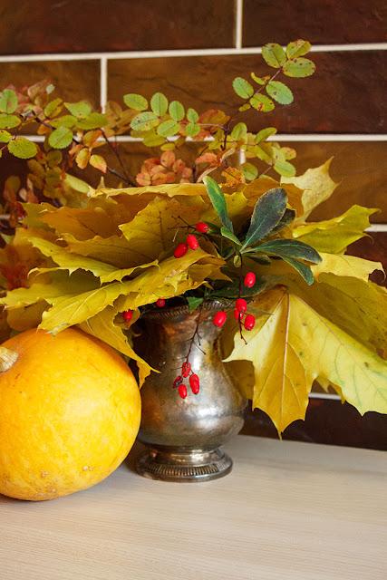 декор квартиры букетом из осенних листьев и тыквы