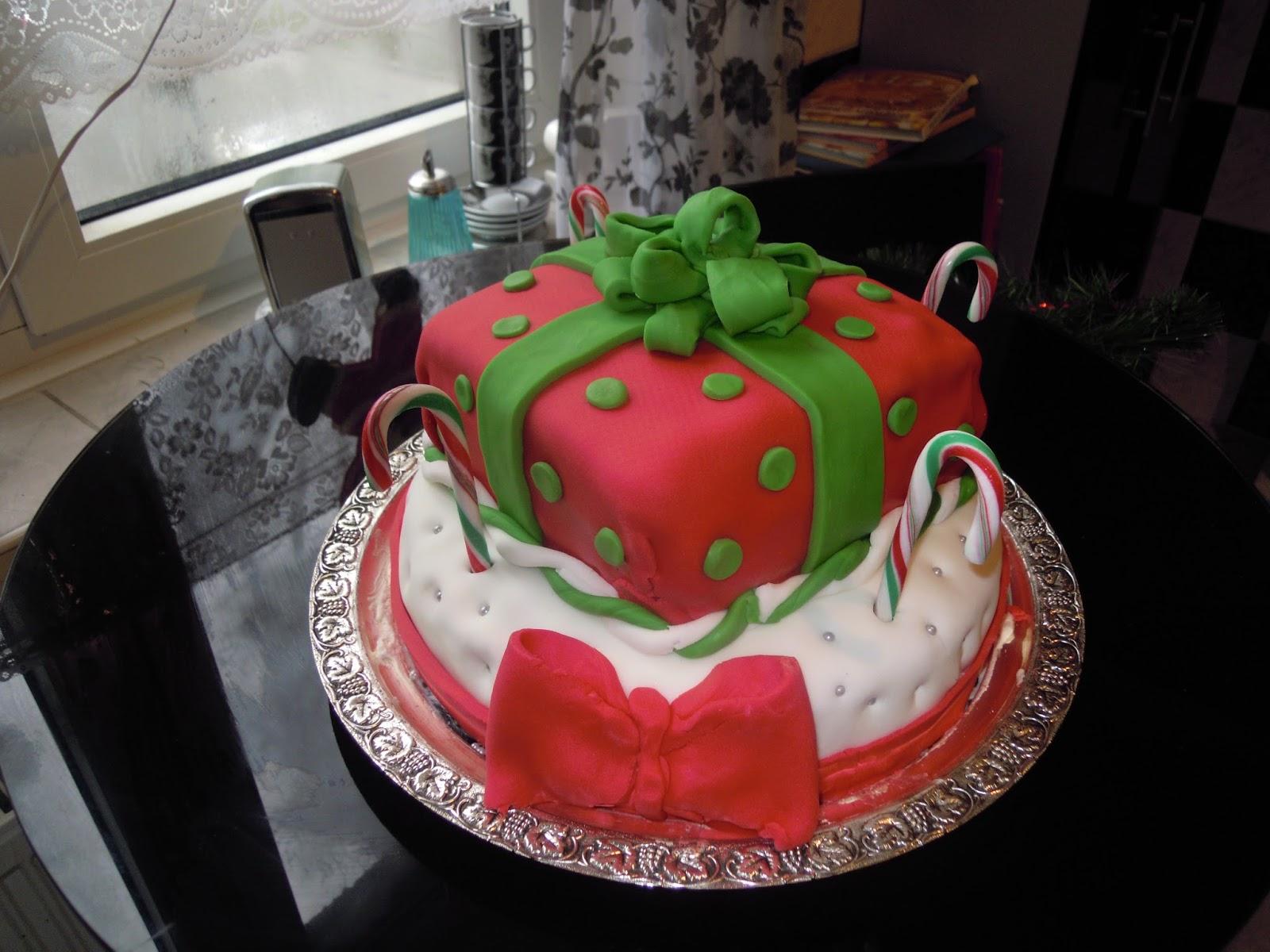Ruffle Cake also Princess Cushionpillow Cake Handmade Fondant Tiara in addition Sahovska Figura Lovac further 14 Pomme Amor furthermore Buche Noel Chocolat Croustillante 171110 199706. on design for fondant