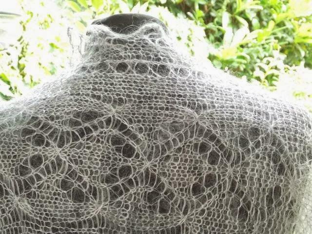 TE KOOP: Grote vierkante licht zilvergrijze shawl.