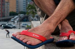 Homem usando chinelo de dedo Rider Urban Plus - pés masculinos