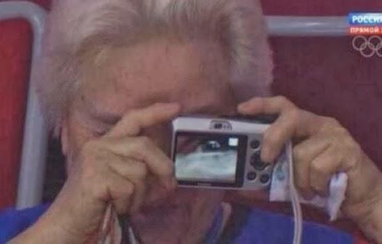 anciana con la cámara al revés en sochi