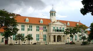 RESENSI DAN TINJAUAN KRITIS TERHADAP NOVEL THE JACATRA SECRET Stadhuis_Batavia%252C_Jakarta