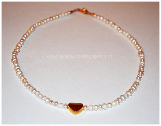 Χειροποίητο κολιέ με λευκά μαργαριτάρια και μεταλλική καρδιά σε χρυσό χρώμα