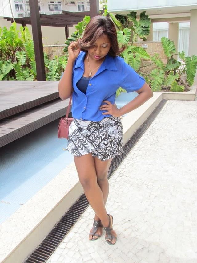 /look-do-dia-blusa-azul-chifon-skitrt-short-saia-estampa-geometrica-+etnica-bolsa-vermelha-1