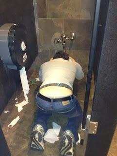 smešna slika: povraćanje u toaletu