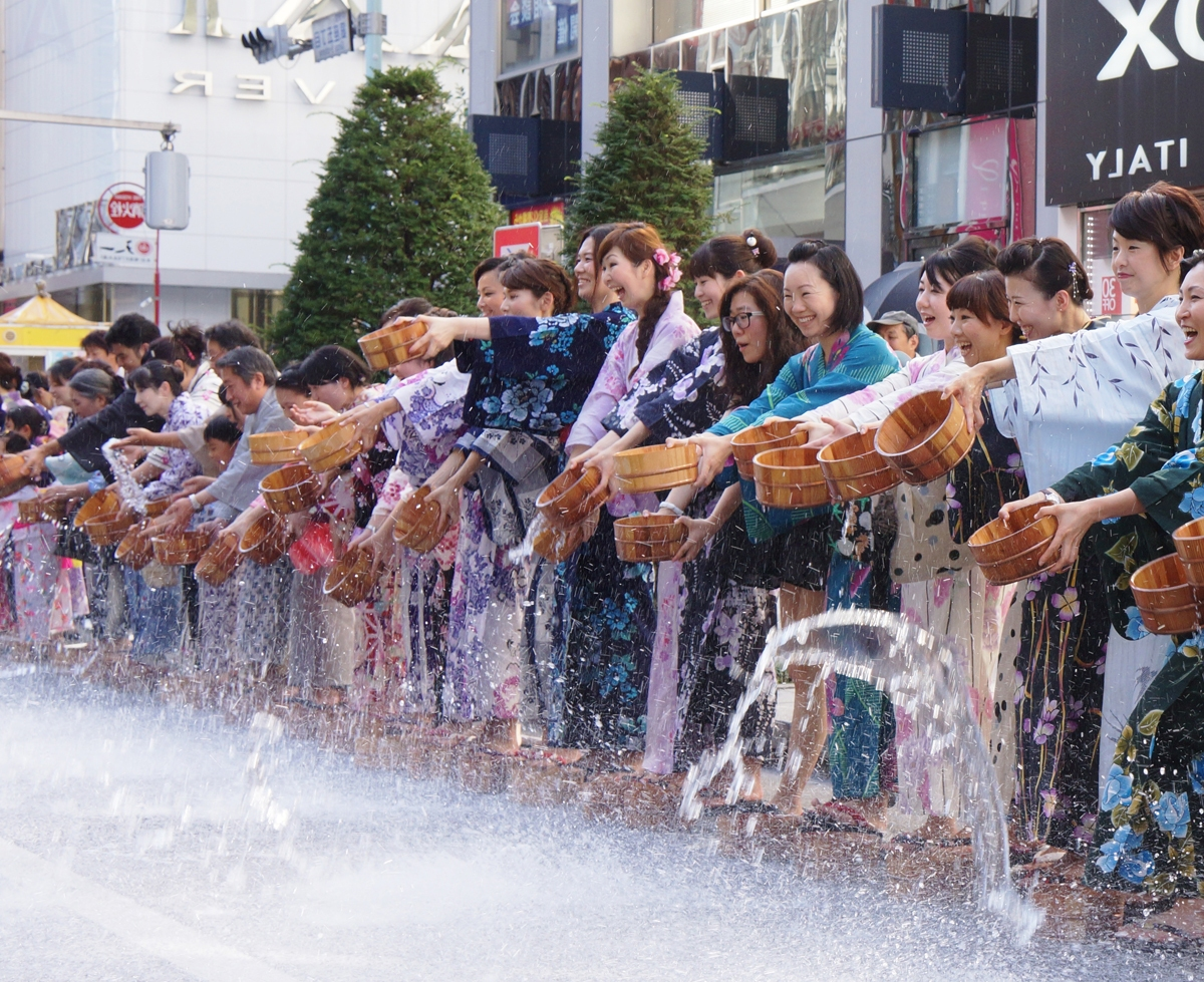 In the Yukata de Gin-bura festival, crowds of people dressed in yukata visit Ginza and splash water on the street in unison