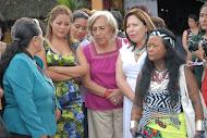 Luz Haro con mujeres de instituciones y participantes del encuentro.