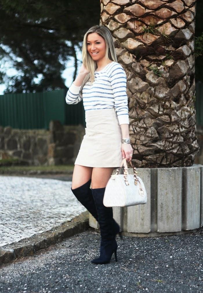 Olá, meninas!! O estilo Navy/Marinheiro é sempre uma boa opção, porque transmite elegância. E por que não misturá-lo com peças mais fashion, como uma mini-saia de pele croûte e umas botas acima do joelho/over the knee boots?! Look do dia/Outfit. Dicas de Moda e Imagem. Blog de Moda Style Statement. Tendências, Primavera/Verão 2015. Michael Kors. Blog de moda portugal, blogues de moda portugueses