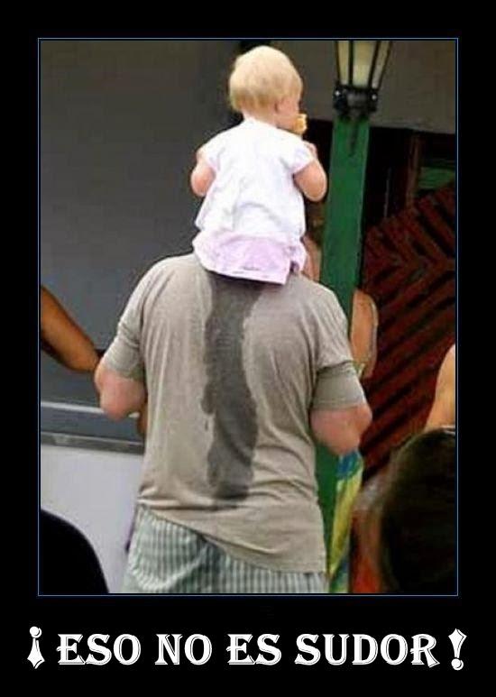 Padre cargando en hombros a su hija que se hizo pipi.