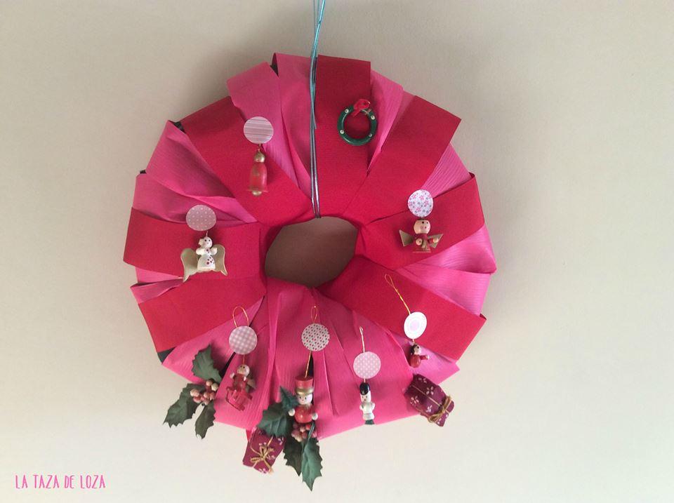 corona de navidad hecha con papel de peridico
