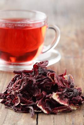 Chá de hibisco ajuda no combate à renteção de líquidos e ajuda no emagrecimento.