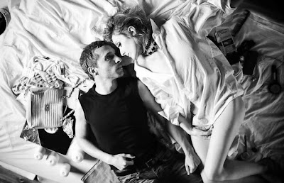 pareja tumbada