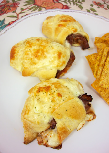 Beef Pizzaiola Crescents - roast beef, mozzarella and pizza sauce baked in crescent rolls! Only 4 ingredients! Quick beefy pizza rolls. Great for lunch or dinner. Kids love these!