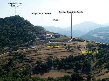 Vistes sobre l'Avenc i voltants des del mirador del rocam del fals dolmen