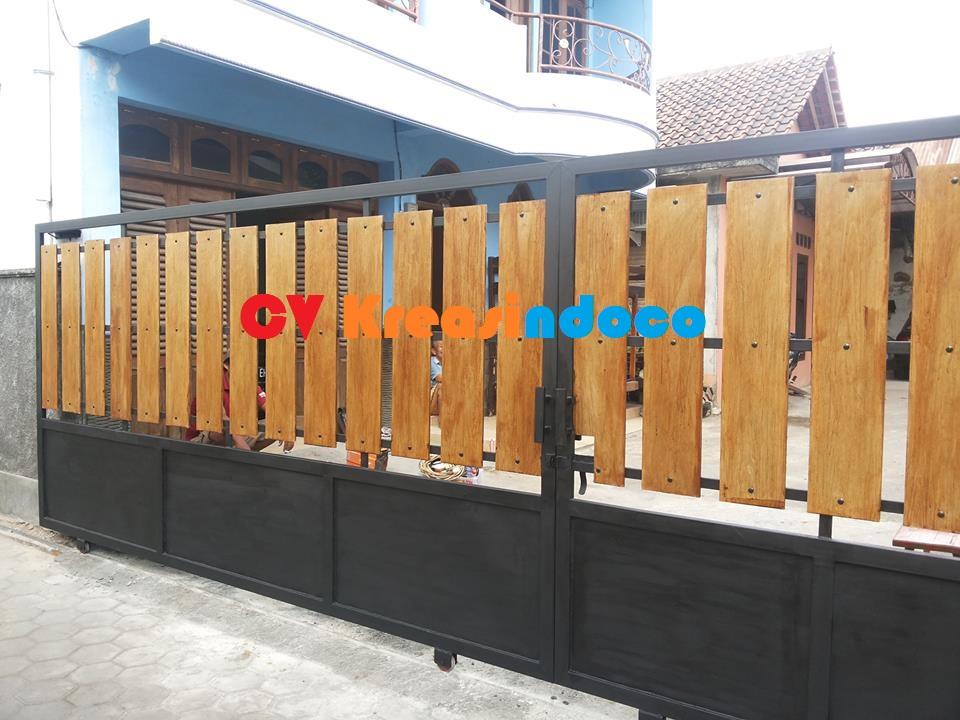 jasa pintu pagar rangka besi kombinasi kayu kamper