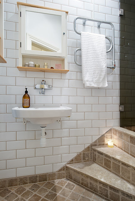 Ванная комната со ступеньками