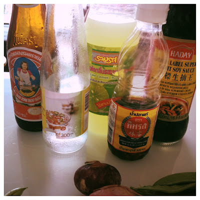 sojová omáčka, soy sauce, rybí omáčka, fish sauce, oyster sauce, ústřicová omáčka, asijká kuchyně, thajská kuchyně, thajská recept, asijský recept, limetková šťáva, lime juice,asijské recepty, smažené nudle, smažené thajské nudle, asijské nudle, smažené asijské nudle, stri fry noodles, stir fry thai noodles, zdravá výživa, recepty na asijké jídlo, thajské jídlo, blog o jídle, blog o cestování, cestování po thajsku, thajsko na vlastní pěst
