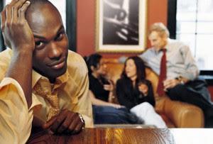 unhappy_balding_man_at_bar-ما هى أسباب بقاء الرجل عازبا,رجل يجلس وحيد فى بار