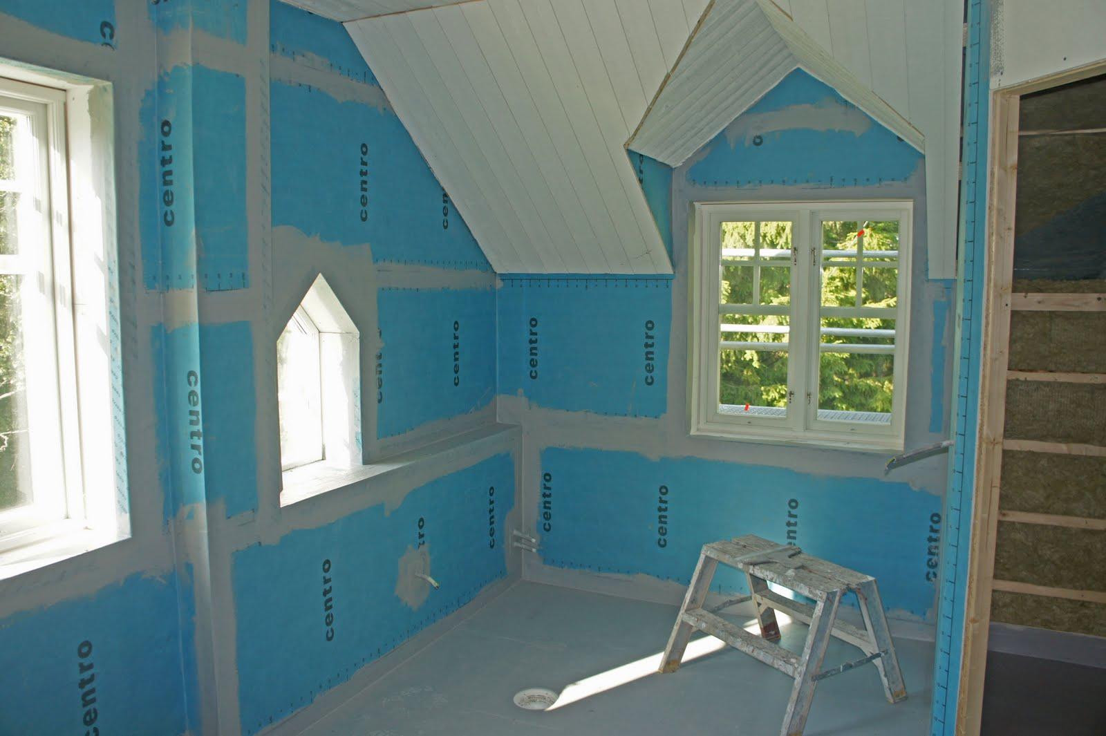 Sidenhuset: stora badrummet med tätskikt   innan kakling
