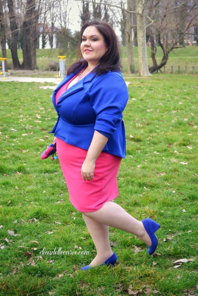 outfit plus size blazer cobalto e tubino fucsia e clutch etnica