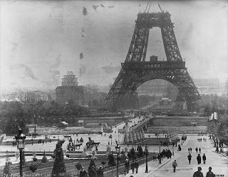 Construcción de la torre Eiffel en Julio de 1888.