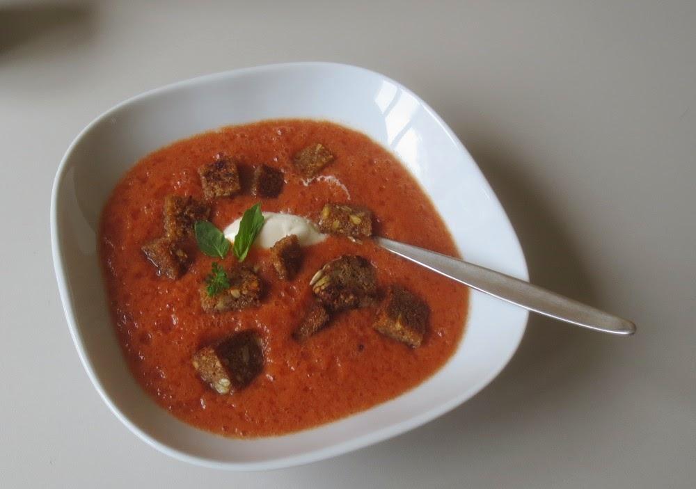 Schnelle Tomatensuppe mit Sellerie und Harissa