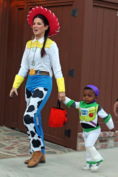 sandra bullock and her son louis dressed as jessie and buzz lightyear from toy story in 2013 not only is jessie a perfect costume for the sweet and