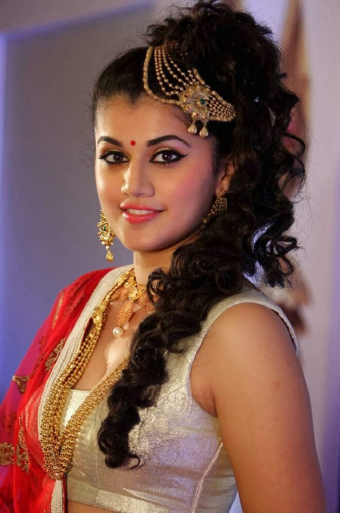 Taapsee Pannu in Designer Saree Special Hairstyle at Azva Jewellery in ...