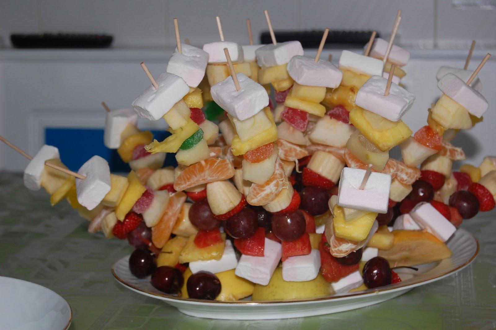Conchi en su cocina brochetas de frutas con gominolas for Pinchos de gominolas
