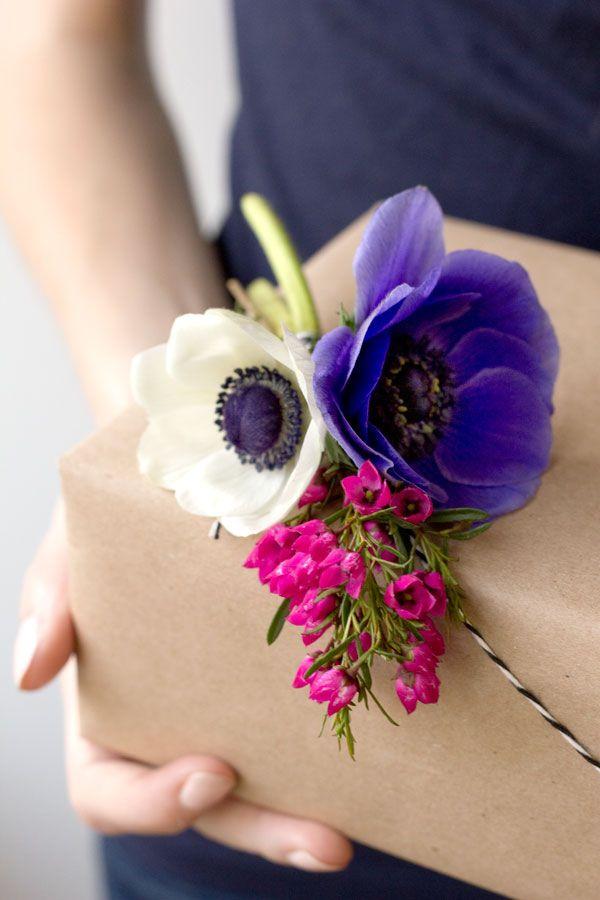 http://www.studiodiy.com/2013/04/09/diy-fresh-flower-gift-tags/