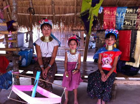 Bộ tộc phụ nữ đeo vòng làm cổ dài ở thái lan 3