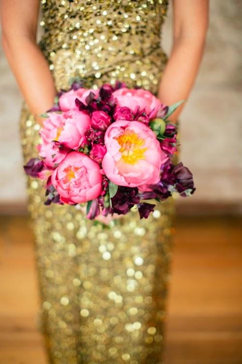 pioner och luktärtor, guldklänning, paljetter guld klänning, pionies and sweet peas, coral charm, pion coral carm bukett, bouquet piony coral charm