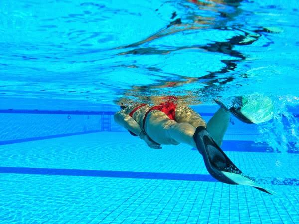 Nager avec des palmes est ce bon pour votre sant - Nager en piscine avec des palmes ...
