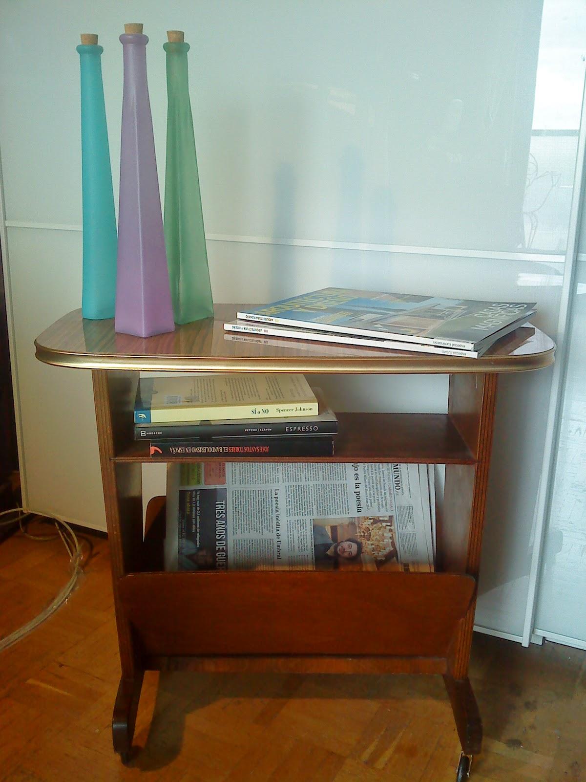 Area vintage dise o mueble auxiliar revistero con for Mueble auxiliar con ruedas