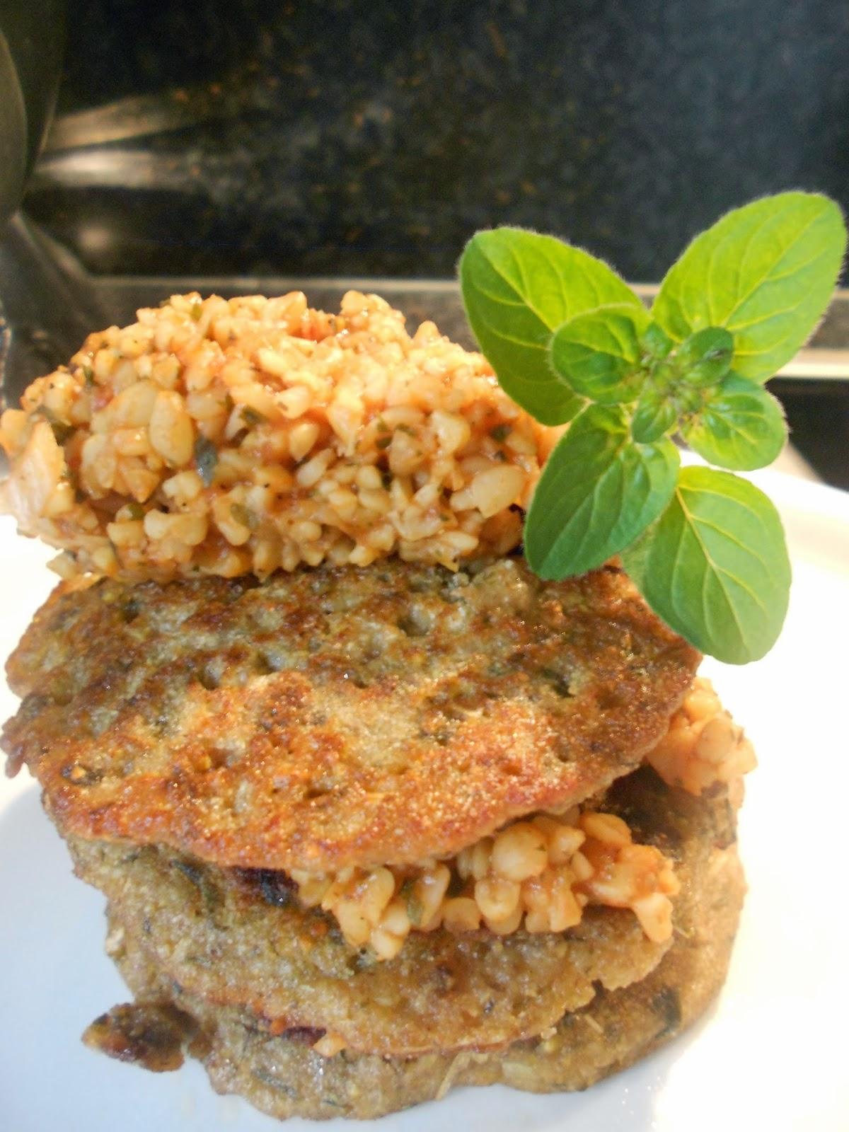 Indische Kichererbsen-Lauchpfannkuchen mit Gemüsebulgur