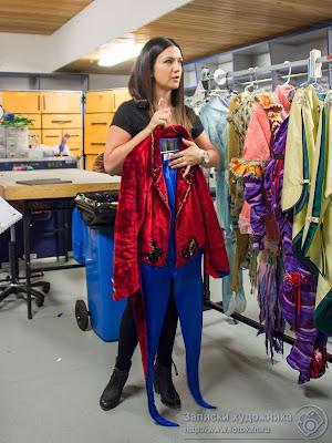 Ванесса Наполи держит костюм горбуна